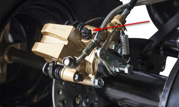 Как прокачать тормоза на квадроцикле. (4)